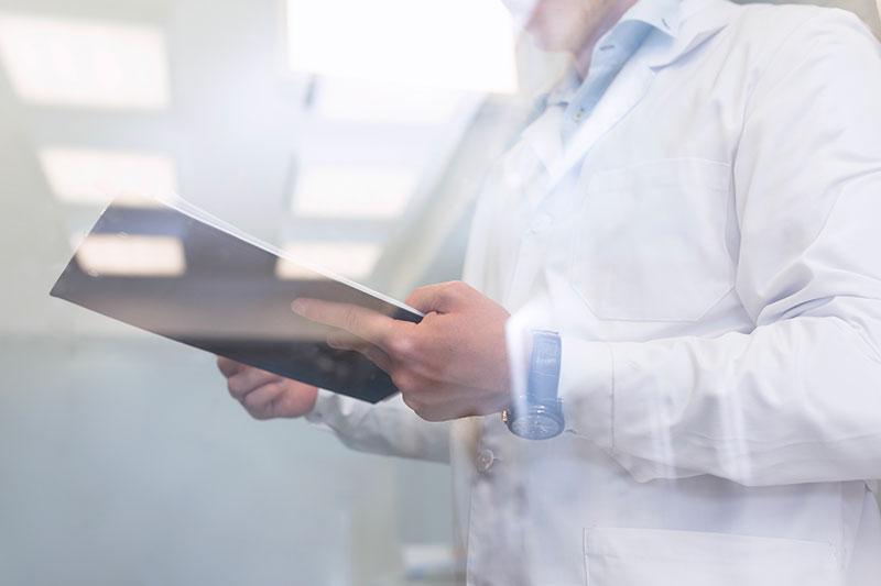médecin regardant son cahier